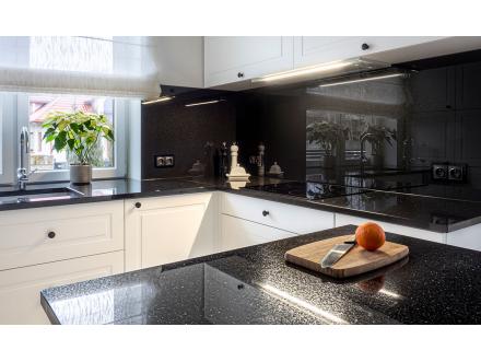 Czym usunąć tłuste plamy na blacie w kuchni?